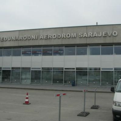 Ovlašteni službenici Uprave za indirektno oporezivanje (UIO) BiH, u Regionalnom centru Sarajevo, na Međunarodnom aerodromu Sarajevo su privremeno oduzeli raznu robu u ukupnoj vrijednosti od 35.000 KM.