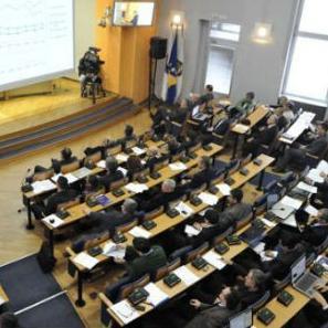 U Skupštini Kantona Sarajevo pokrenuta je inicijativa za ukidanje paušala profesionalnim zastupnicima, čime bi im bila smanjena primanja za 552 KM, ali postoje otpori da se ovo i usvoji.