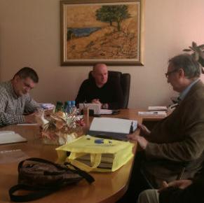 Predstavnici firme HIGRACON d.o.o. Sarajevo jučer su u kabinetu općinskog načelnika izvršili primopredaju projektno – tehničke dokumentacije za regulaciju korita rijeke Sane.