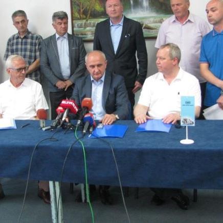 """U Istočnom Sarajevu jučer je potpisan ugovor o osnivanju zajedničkog preduzeća """"Mofas"""" između fabrike """"Famos"""" i strateških partnera iz Njemačke i Tešnja, u prisustvu ministra industrije, energetike i rudarstva RS Petra Đokića."""