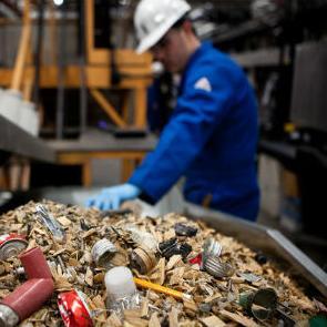 Zvuči nevjerojatno ali stari tepisi, plastični otpad, stari papir, kanalizacijski mulj, stare automobilske gume, koštano brašno, otpadne kiseline, otpadno ulje i druge stvari koje građani i kompanije bacaju i koje se odlažu na deponijama su glavni izvori iz kojih se mogu dobiti alternativna goriva za industriju.