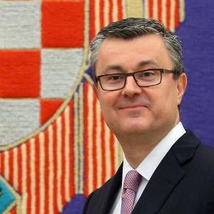 Premijer Tihomir Orešković najavio je u srijedu da će se do kraja ove godine dodatno smanjiti parafiskalni nameti tvrtkama u visini 0,1 posto BDP-a ili za oko 330 milijuna kuna te će se uvesti zajednički informacijski sustav zemljišnih knjiga i katastra.