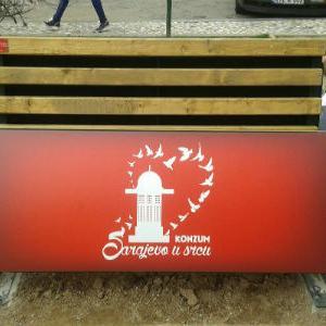 Konzum BiH postavio je nove parkovske klupe u sarajevskoj ulicu Ćurčiluk mali.