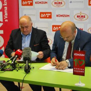 Ugovor su potpisali izvršni direktor Konzuma Adnan Šteta i generalni sekretar Rukometnog saveza BiH Smajo Karačić.