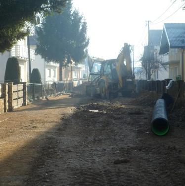 Radovima u Hamzibegovoj ulici, na dionici od raskrsnice kod Mašinskog mosta prema Osnovnoj školi Mahala, ovih dana započela je završna faza izgradnje kanalizacionog sistema u naselju Mahala.