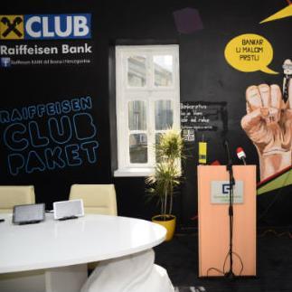 CLUB paket između ostalog sadrži uslugu Raiffeisen mobilno bankarstvo, a namijenjen je mladima koji imaju namjeru da se finansijski osamostale.