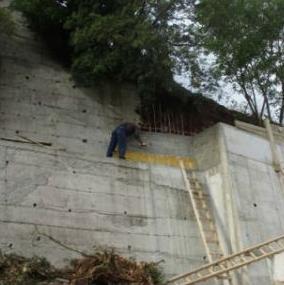 U okviru projekta vrše se betoniranja potpornih zidova koji osiguravaju sigurnost kosine iznad regionalnog puta.