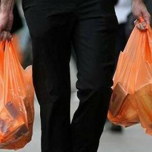 Prvim danom srpnja Francuska je u svim svojim trgovinama, pekarnicama, benzinskim postajama i ostalim prodajnim mjestima zabranila upotrebu tankih plastičnih vrećica, debljine do 50 mikrona.
