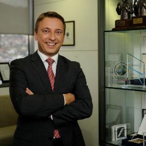 Raiffeisen banka je dobitnik nagrade za Evropsku kompaniju BiH 2015, a direktor Raiffeisen banke Karlheinz Dobnigg proglašen je Najboljim inostranim menadžerom BiH za 2015. godinu.