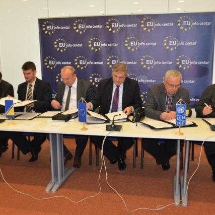 Deputy Resident Representative of UNDP BiH Zahira Virani and mayors of Novo Sarajevo, Visoko, Berkovići, Cazin, Kotor Varoš and Šekovići signed yesterday a Memorandum of Understanding for the project Strengthening Local Democracy IV - IV LOD.