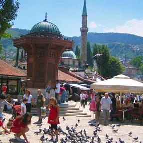 Uprkos nedaćama koje su ovog proljeća pratile BiH, broj turista koji stižu u našu zemlju i dalje raste iako je prošlogodišnja turistička sezona bila rekordna.