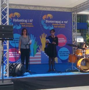 """Na sajmu """"Volontiraj i ti"""" koji je danas u Sarajevu organizirala Fondacija Mozaik u saradnji s Ambasadom SAD-a u BiH, predstavilo se više od 40 nevladinih organizacija iz BiH koje aktivno rade u službi društva."""