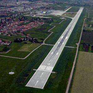 Nakon zastoja investicija u protekle četiri godine, Kajmaković najavljuje i gradnju brze izlazne rulnice koja će doprinijeti povećanju kvaliteta i saobraćanja aviona na ovom aerodromu, ali i proširenje parking prostora.