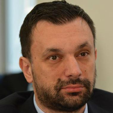 Konaković je istakao da je u posljednje dvije godine broj osoba koje se finansiraju iz budžeta smanjen za 700, uz činjenicu da je u međuvremenu zaposleno oko 250, što ipak pokazuje ozbiljnu kontrolu zapošljavanja.