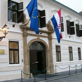 Hrvatska vlada osnovala je u utorak povjerenstvo za praćenje provedbe prijelaznih mjerila u poglavljima 23 i 24 iz pristupnih pregovora Srbije s EU-om, objavili su Banski dvori.