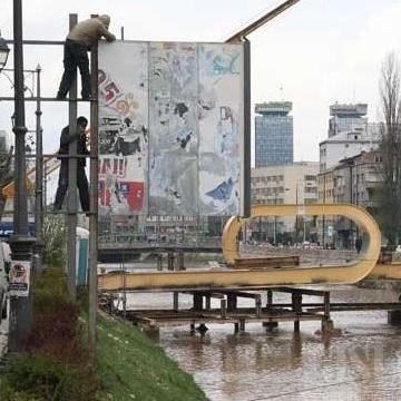 Ministarstvo će u saradnji s Kantonalnom upravom za inspekcijske poslove Sarajevo, putem firmi koje vrše održavanje sistema javne rasvjete izvršiti uklanjanje svih visećih panoa koji nemaju saglasnost, a koji se nalaze na stubovima javne rasvjete.