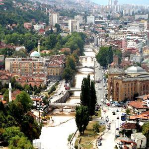 Uređenje oblasti turizma spada u zajedničku nadležnost Federacije Bosne i Hercegovine i kantona, i s obzirom na to da federalni Zakon o turističkoj djelatnosti nije tretirao nadležnost kantona, ukazala se potreba da Kanton Sarajevo s određenim specifičnostima zakonski uredi ovu djelatnost.