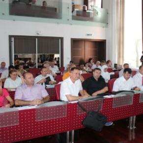 Gradsko vijeće Bihać  većinom glasova usvojilo prijedlog odluke o davanju saglasnosti na pokretanje postupka dodjele koncesije Javnim natječajem - tender za projektovanje, izgradnju, upravljanje i prijenos mini hidroelektrana (mHE) na lokalitetu Martin Brod i Dobrenica.