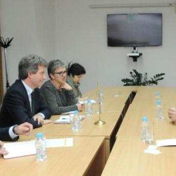 Federalni ministar prometa i komunikacija Denis Lasić susreo se danas sa ambasadorom Ujedinjenog Kraljevstva Velike Britanije i Sjeverne Irske Edwardom Fergusonom.