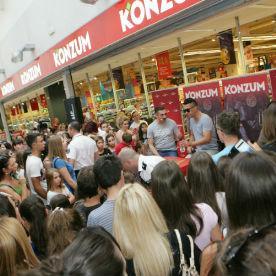 Konzum d.o.o. Sarajevo upriličio je jučer u Banjoj Luci druženje sa Željkom Joksimovićem, jednim od najpopularnijih muzičara u regionu, te promociju njegovog novog CD-a.