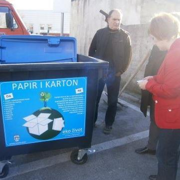 """Firma """"Eko život"""" iz Tuzle, čiji je osnivač i vlasnik kompanija """"Bingo"""", donirala je Općini Sanski Most pet """"zelenih  otoka"""", odnosno petnaest modernih kontejnera za selektiranje i ambalažiranje otpada."""
