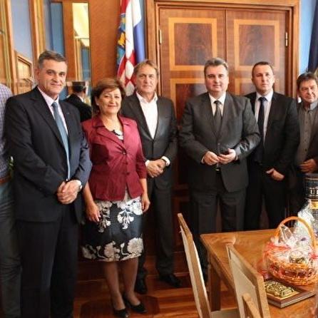 Delegacija grada Bihaća predvođena gradonačelnikom Emdžadom Galijaševićem i gradskim vijećnicima posjetila je danas grad Zadar i u razgovoru sa gradonačelnikom Božidarem Kalmetom dogovorila nastavak zajedničkih prekograničnih projekata iz sredstava EU.