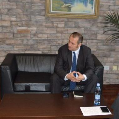 Bihaćki gradonačelnik Emdžad Galijašević ugostio je jučer, uciljem uspostavljanja poslovne saradnje, direktora novinske agencije FENAFaruka Borića i glavnog dopisnika kineske državne novinske agencije XINHUA Jianjun Hana.