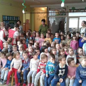"""Naši najmlađi u Novom Travniku, Posušju, Mostaru i Vitezu uživali su u predstavi """"Zeko u carstvu čarolije"""" i prigodnim poklonima."""