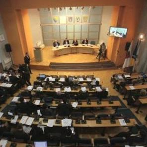 Zastupnici Skupštine Kantona Sarajevo danas će na hitnoj sjednici razmatrati Prijedlog zakona o izmjenama Zakona o radnopravnom statusu poslanika u Skupštini, Vladi i ostalim organima vlasti koji podrazumijevaju ukidanje savjetničkih pozicija.
