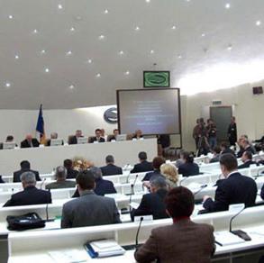 U principu, prosječna plata u Parlamentu BiH je oko pet hiljada KM. A, kako neki od njih ubiru i različite naknade, pojedinci na svoj račun mjesečno zarade oko sedam hiljada KM.