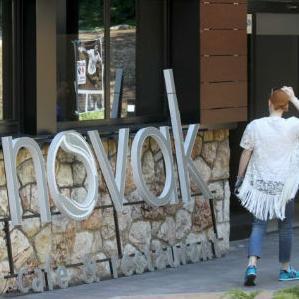 """Pošto je uz spomenuti, nedavno renovirani ugostiteljski objekat istaknuta reklama na kojoj piše """"Novak"""", upitali smo da li je teniserovo ime neovlašteno korišteno, a Srđan Đoković ističe da nije riječ o zloupotrebi."""
