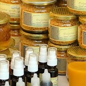 Posjetioci mogu pogledati i kupiti med i proizvode od meda, čajeve, slatkiše, domaće proizvode od voća i povrća, kozmetičke preparate te razne ručne radove.
