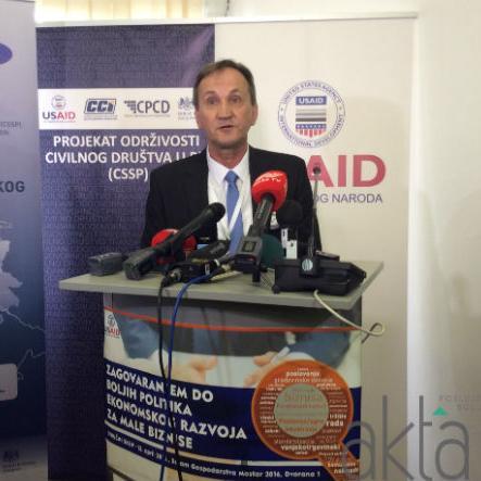 Peter Duffy, direktor USAID-a u BiH, kazao je da je bitno da je da se više pomogne malim biznisima da budu konkurentni. Mreža Led net je već identificirala što se treba uraditi kako bi se popravili uvjeti za male bisnise.