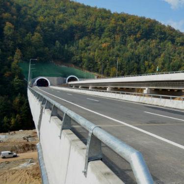 Most prekoSave ujedno je i mjesto spajanja između autoceste koja prolazi kroz Bosnu i Hercegovinu i Hrvatsku.