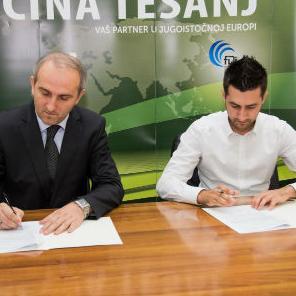 Načelnik Općine Tešnja Suad Huskić i izvršni direktor AS GROUP Armin Hrvić potpisali su danas ugovor o prodaji zemljišta na kojem će ova kompanija iz Tešnja graditi otkupnu stanicu sa hladnjačom za voće, povrće, šumske plodove i ljekobilje.