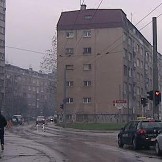 Više od 70 etežnih vlasnika stanova u Grbavičkoj ulici od broja 62 - 68 godinama čeka odluku o rušenju njihove zgrade zbog nastavka izgradnje južne longitudinale.