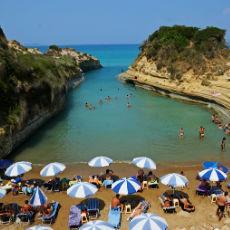 Mjesto fantastične zabave ove godine je Sidari, grad smješten na nekoliko prelijepih plaža i na čuvenom Kanalu ljubavi. Brojni beach-barovi, klubovi, tradicionalni restorani i izleti garantuju vrhunski provod.
