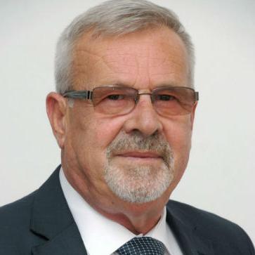 Svoju poslovnu priču je počeo sa svoje 44 godine, odmah nakon rata i to u biznisu koji je u BiH bio na marginama razvoja.