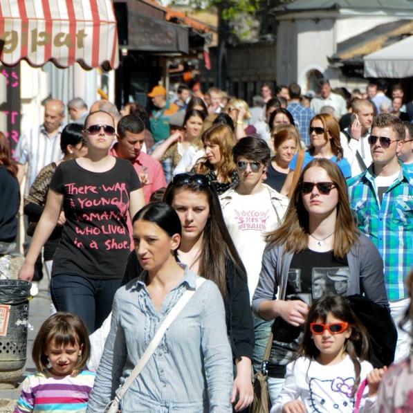 Sarajevom je gotovo nemoguće proći od brojnih turista koji su preplavili ulice. Najteže je onima koji nisu znali da je bh. metropola u toku SFF-a najzanimljivije mjesto u regiji, pa nisu na vrijeme rezervisali smještaj.