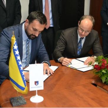 IFC,  članica grupacije Svjetske banke, potpisala je danas Sporazum sa Vladom KS kako bi pomogla unapređenje poslovnog okruženja kroz uvođenje jednostavnijih administrativnih procedura i pružanje boljih usluga investitorima.