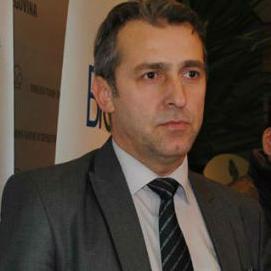 Jašarspahić je zajedno sa kolegom Šantićem u Komoriuradio organizacionu rekonstrukciju formirajući sektore i profitne centre.