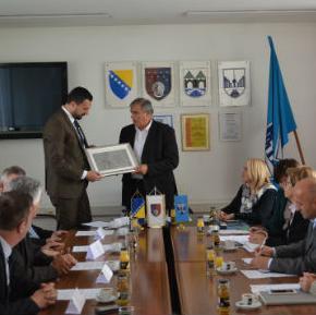 O zajedničkim projektima i njihovom finansiranju, komunalnoj infrastrukturi te zakonskim rješenjima razgovarali su danas delegacije Vlade Kantona Sarajevo i Općine Novo Sarajevo koje su predvodili premijer Elmedin Konaković i načelnik Općine Nedžad Koldžo.