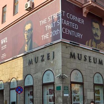Fotografije Gavrila Principa i austrijskog prijestolonasljednika Franza Ferdinanda odnedavno krase fasadu Muzeja Sarajeva, čime ova muzejska institucija podsjeća na skoru 100. godišnjicu početka Prvog svjetskog rata.
