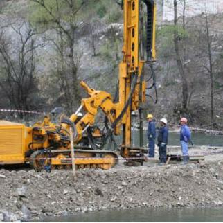 Za radove je angažirano i do sedam kamiona te pet teških mašina, kao i do 20 radnika.