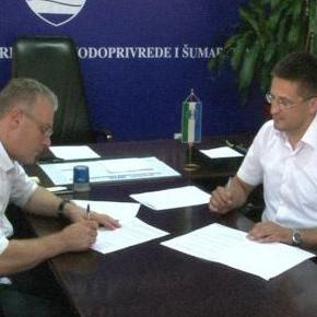Ugovore su potpisali resorni kantonalni ministar Dragan Polimanac i načelnici općina Bosanski Petrovac i Bosanska Krupa Zlatko Hujić i Armin Halitović. Ministarstvo poljoprivrede, vodoprivrede i šumarstva.