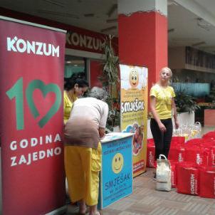 """Predstavnici Konzuma d.o.o. Sarajevo i Udruženja za pomoć socijalno ugroženoj djeci """"Smješak"""" uručili su u Maglaju humanitarne pakete za 21 socijalno ugroženu porodicu koje su pogođene prošlogodišnjim poplavama."""