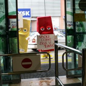 Neobičan prizor je danas dočekao kupce Bingo plus objekta u Kolodvorskoj ulici u Sarajevu.