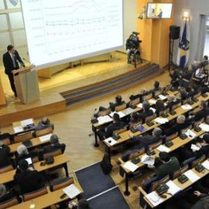 Skupština Kantona Sarajevo usvojila je danas Zakon o plaćama i naknadama članova organa upravljanja i drugih organa institucija KS, kantonalnih javnih preduzeća i javnih ustanova čiji je osnivač KS.