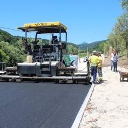 Riječ je o dionici dugoj 500 metara za šta je izdvojeno 350.000 KM, a novi metri asfalta tako će ove godine, uz ranije asfaltiranih kilometar, smanjiti dionicu neasfaltiranog puta na 4 kilometra.