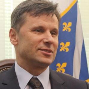 Premijer Federacije BiH Fadil Novalić izjavio je jučer da je finansijska situacija u tom entitetu dosta teška, jer je aranžman sa MMF-om propao, ali da Vlada FBiH ima nekoliko alternativnih rješenja.